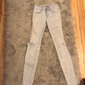 Great condition light wash AE jeans!!